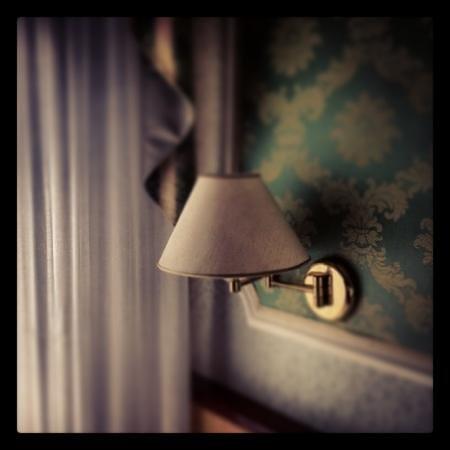 Palace Hotel Meggiorato: Luce di cortesia in camera