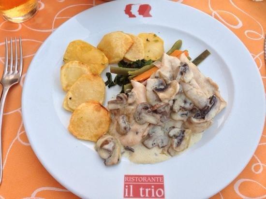 Il Trio : Gorgeous chicken in a mushroom and cream sauce