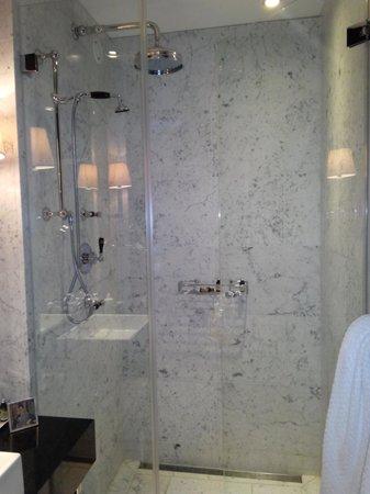 Hotel Topazz: Bagno con doccia