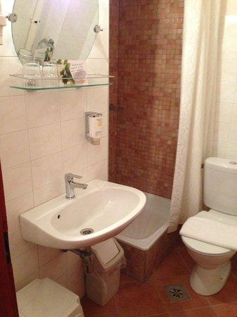 Hotel Pension Helios: Visione d'insieme del bagno