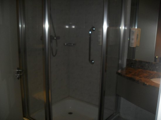 Holiday Inn Paris-Charles De Gaulle Airport: clean, modern bathroom with glass shower