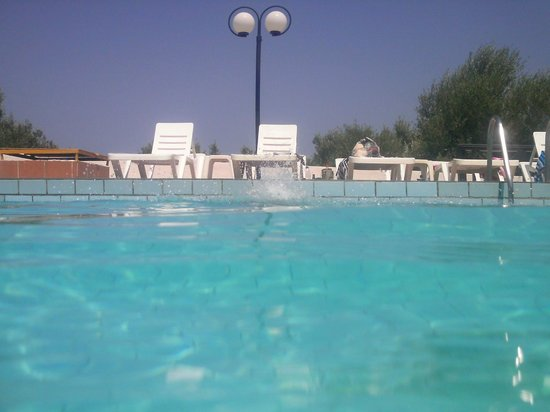 Mareva Apartments: Another view from the pool