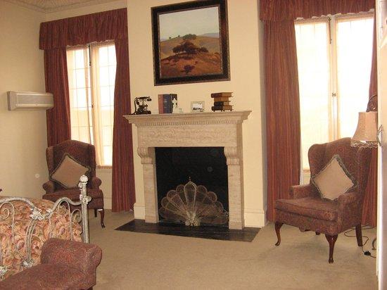 Glorietta Bay Inn: Fireplace in Library Bedroom in Mansion