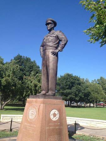 Dwight D. Eisenhower Library and Museum : Statue of Ike on the grounds of the Dwight D. Eisenhower Library & Museum