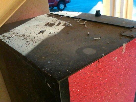 La Quinta Inn and Conference Center San Angelo: Coke machine ash tray
