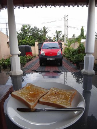 Colombo Airport Hostel Negombo Beach: Breakfast on the Patio