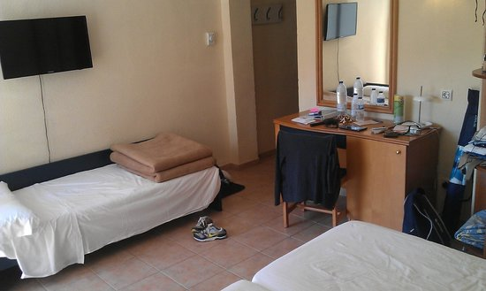 Hotel Eden Nord: Room with 3 singles. 3rd was a cabin bed