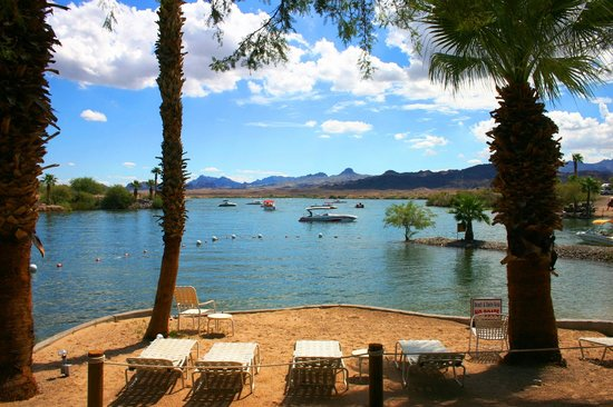 Islander Resort : Swim beach with a lounge chairs and a beautiful view of Lake Havasu