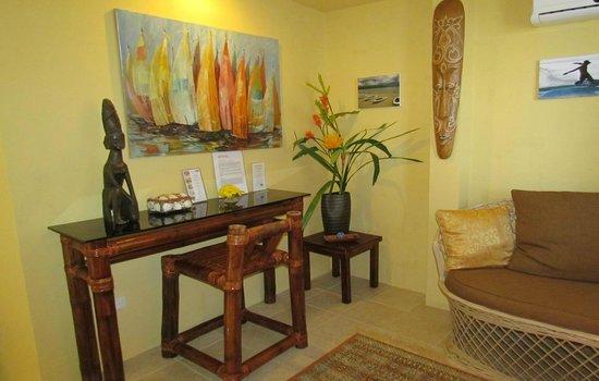 Palm Breeze Villa Boracay Hotel: Jasmine Suite 1 bedroom apt, living room