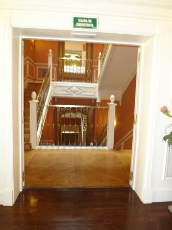 Catalonia Las Cortes: The hallway to the staircase, there are elevators!