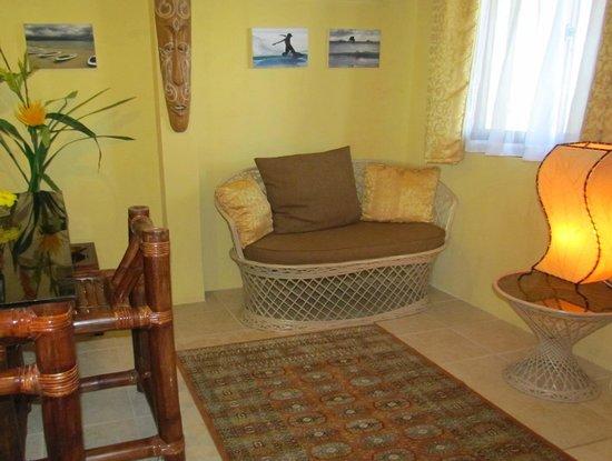 Palm Breeze Villa Boracay Hotel: Jasmine Suite Living Room