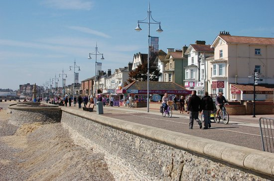 Lowestoft, UK: Part of the Esplanade or promenade, just south of the harbour