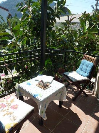 Dalyan Iz Cafe : Enjoy upstairs seating on the balcony