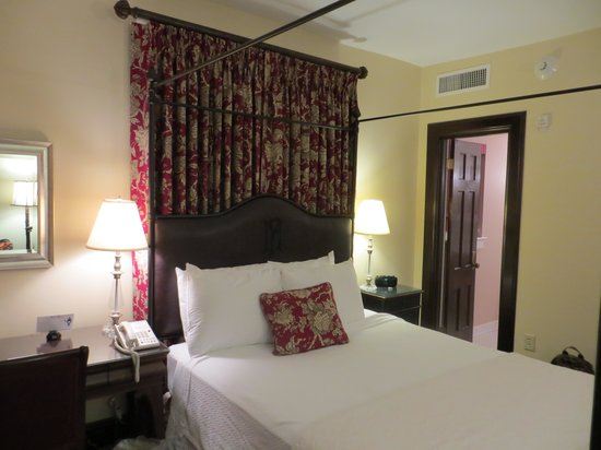 General Francis Marion Hotel: regular queen room