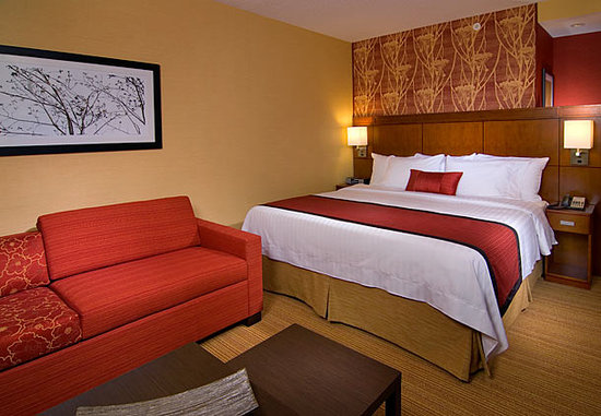 Courtyard New Haven Wallingford : Newly remodeled bedroom!