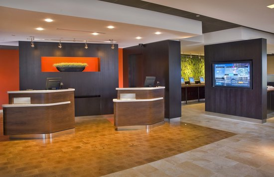 Courtyard New Haven Wallingford : Front desk Welcome Pedastals