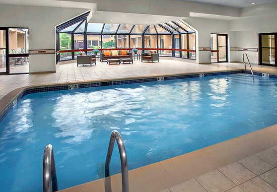 Courtyard New Haven Wallingford: Indoor pool open all year