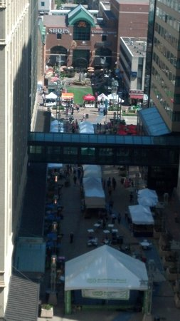 Kahler Grand Hotel: The street fair in the Peace plaza between the Kahler and the Marriott
