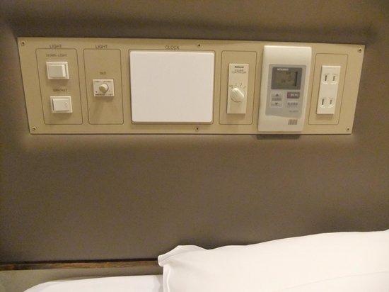 City Hotel Kyte: ベッドにあるエアコンや照明のスイッチ類