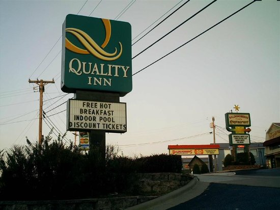 Quality Inn On the Strip : Sign from the street