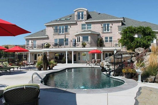 Cameo Heights Mansion Bed & Breakfast: View of the mansion by the pool. Loved the pool, hot tub area and the fire pit!