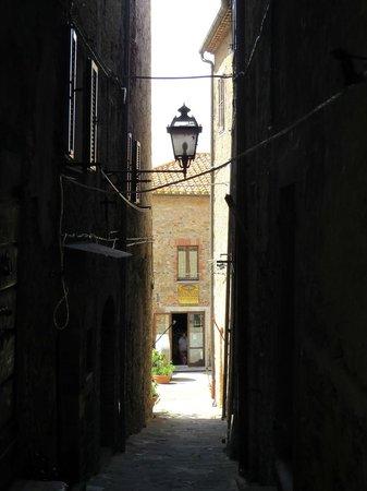 Osteria Passaparola Nell'antico Frantoio : Laggiù, in fondo, l'ingresso al ristorante.