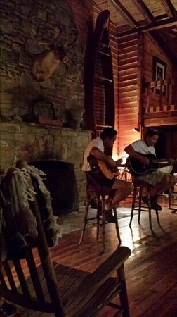 Deerwoode Lodge & Cabins: acoustic night