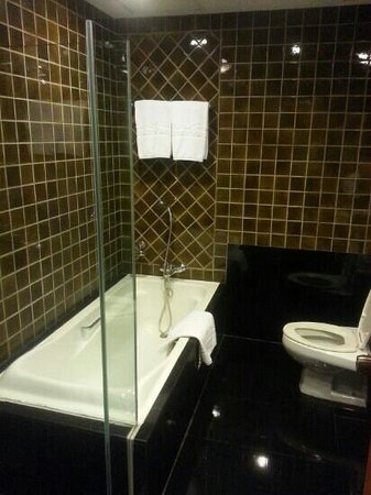 Grande Centre Point Hotel Ploenchit: spacious bathroom with huge tub and separate standing shower