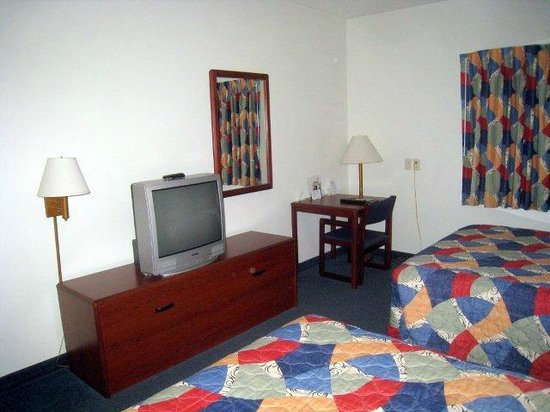 Days Inn Hotel Spencer IA : Interior view of room 112.