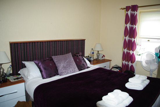 Lawton & Lauriston Court Hotel: Our Queen bed