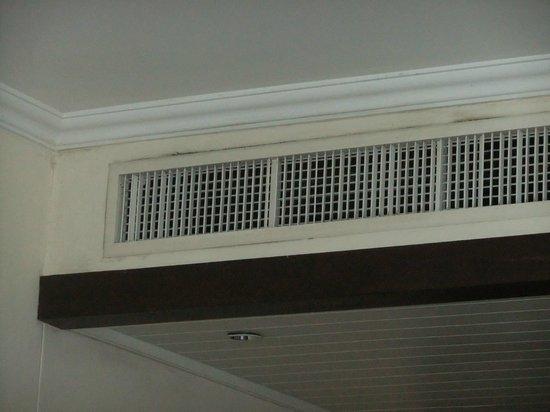 Sofitel Krabi Phokeethra Golf & Spa Resort: Mould around air conditioning
