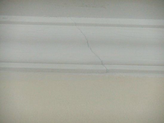 Sofitel Krabi Phokeethra Golf & Spa Resort: Cracks in ceiling frieze