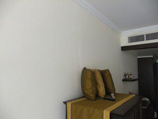 Sofitel Krabi Phokeethra Golf & Spa Resort: Major vertical crack behind TV