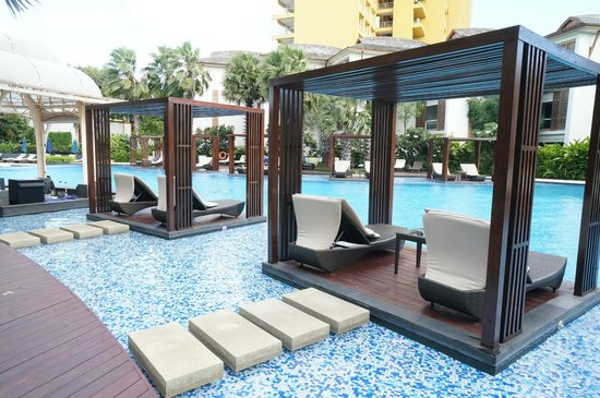 InterContinental Hua Hin Resort: Lounge chairs and pool bar on the left