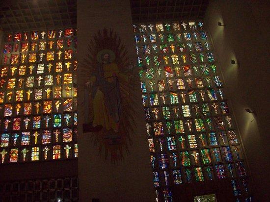 Catedral Metropolitana María Reina: Cristo y vitrales