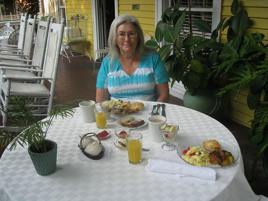 Forsyth Park Inn : Each morning, we were served a delicious breakfast, and we chose to eat on the veranda.