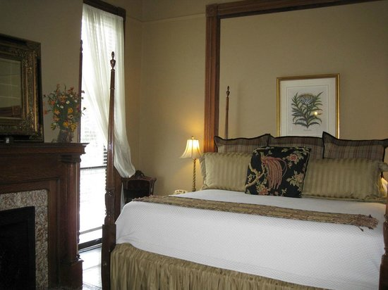 Forsyth Park Inn: This king bed was comfortable and luxurious.