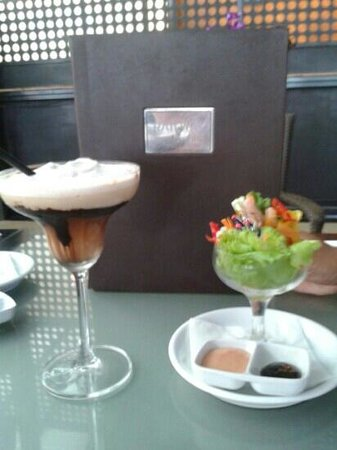 Kuta Station Hotel: experience a light snack anb a awesome cocktail(toblerone) a must try.