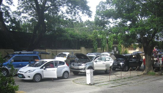Manaoag, Philippines : cars line-up for blessing