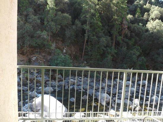 Yosemite View Lodge: Vista da sacada do apartamento