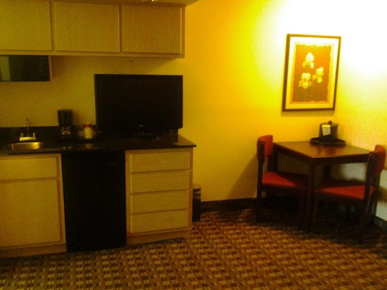 Ramada Canton/Hall of Fame: Living Room TV