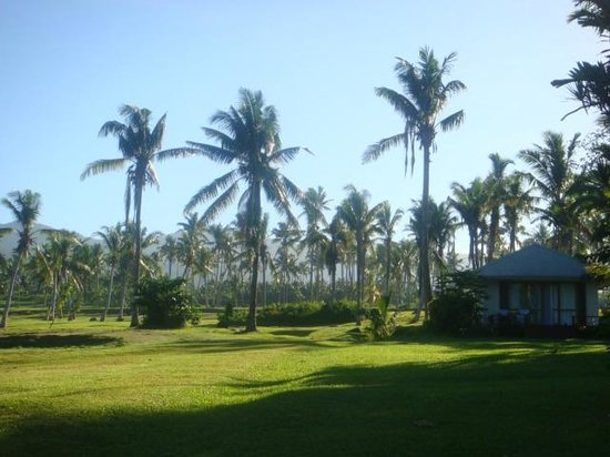 Sinalei Reef Resort & Spa: Looking back up to road from Fale