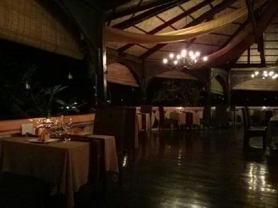 ViewPoint Lodge & Fine Cuisines: restaurant in the evening