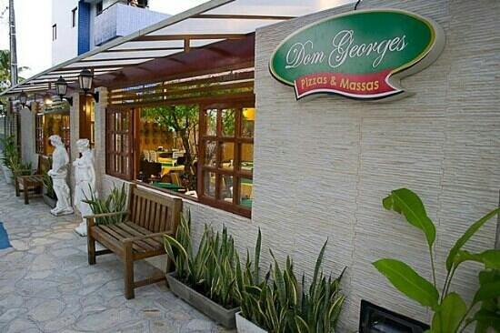 Dom Georges: Frente do restaurante, nas três ruas.