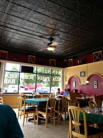 Reno's Pizza & Italian Restaurant : dining room