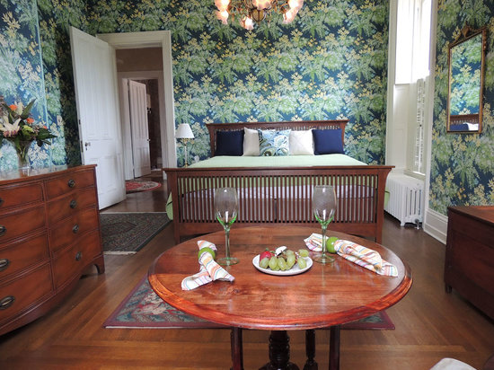 Chestnut Manor Bed & Breakfast: Floral Bedroom with King Bed