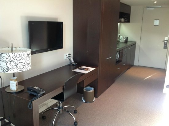Rydges Wellington : Desk, kitchen