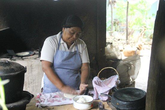 Hotel El Rosario: Doña Vera preparing her storming tortillas