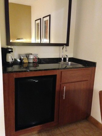 Hyatt Place Secaucus/Meadowlands: Kitchenette (small icebox, sink, coffee machine, safe)
