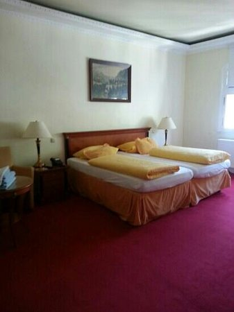 Hotel AM Markt: Our room. comfortable beds. Loved the pillows and blankets.